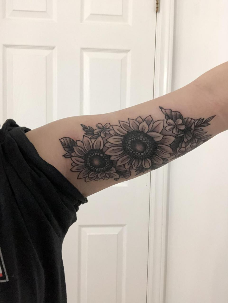 Sunflower tattoo done by Max Baird @ White Lotus Tattoo in Fredericton! Started getting tattoos when I was 16, and this was my second (and so far favourite!) tattoo:)