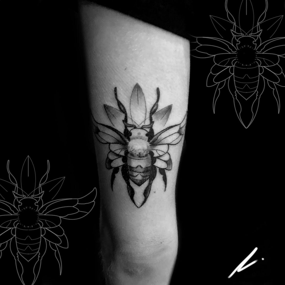 Little custom bee from a while back done by me at Hollywood Stars Tattoo in Los Angeles. Instagram: @rusty_hst
